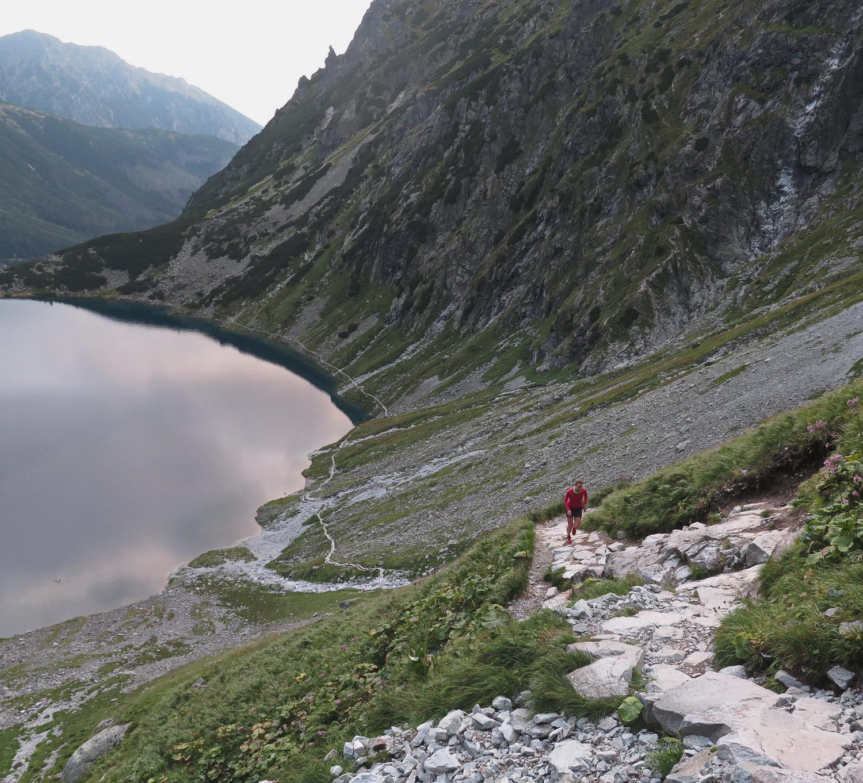 Trasa od Morskiego Oka wije się kamienistą ścieżką. Fot. Krzysztof Dołęgowski