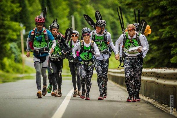 Popielate rajtuzy to znak rozpoznawczy ekipy Peak Performance. Tu ścigają się na końcówce Untamed New England z Team France. Foto Profil FB Peak Performance