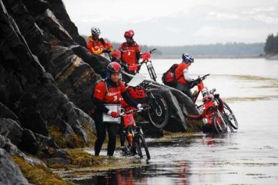 Kilka stopni na plusie, a tu cały czas wodne zabawy - ciężka rzeczywistość rosyjskiego rajdu Red Fox. Foto Monika Strojny