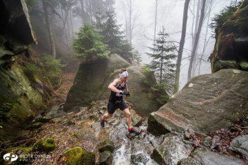 Kamil Leśniak biegnie na Szczeliniec WIielki. Fot. Piotr Dymus