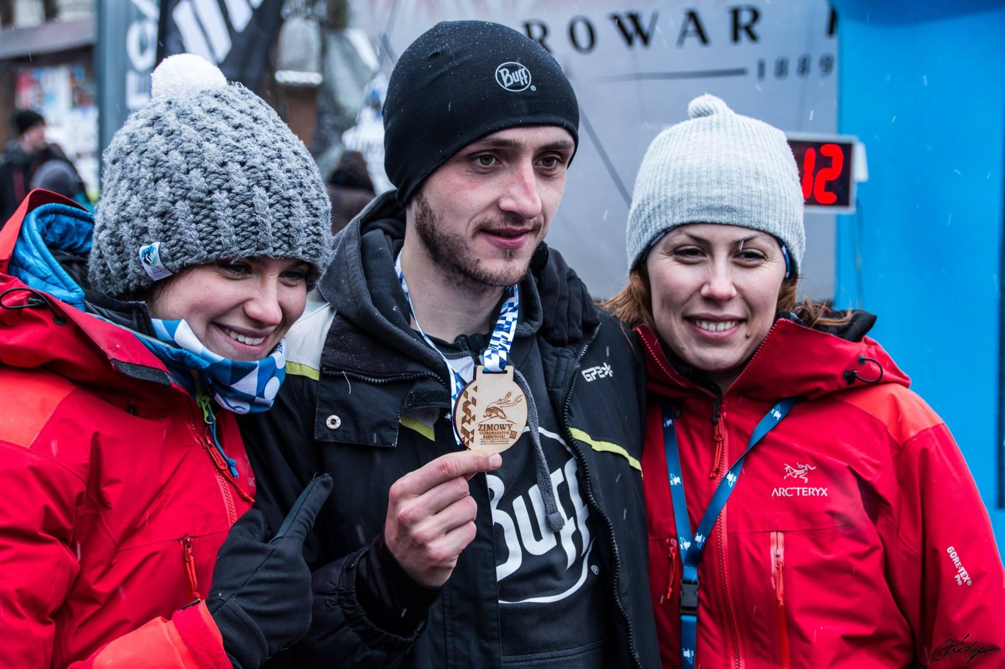 Bartek Gorczyca po zwycięstwie w Zimowym Ultramaratonie Karkonoskim pozuje do zdjęcia z organizatorkami - Anią Kautz i Agnieszką Korpal