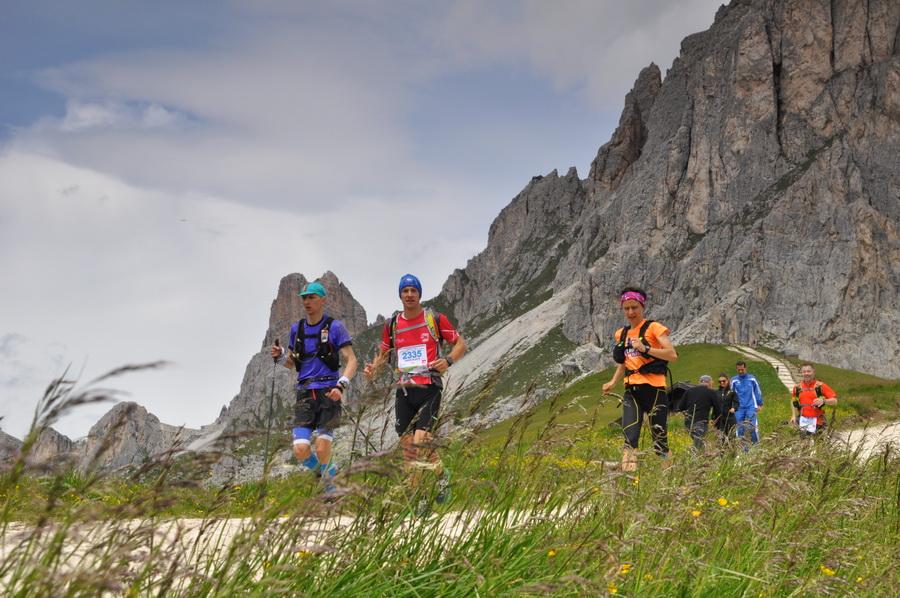 Uczestnicy dobiegający na Passo Giau. Fot. Ola Belowska