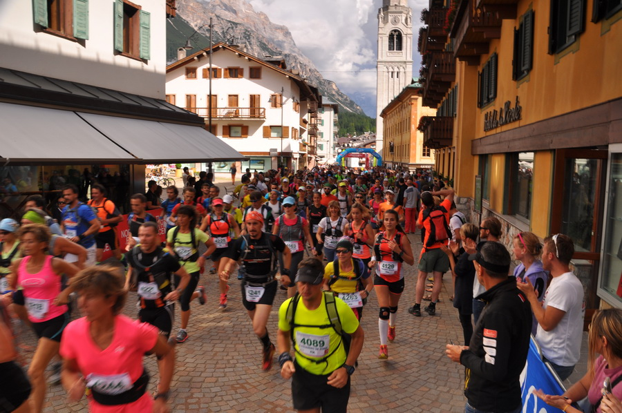 Start Cortina Trail na deptaku w centrum miasteczka. Fot. Ola Belowska