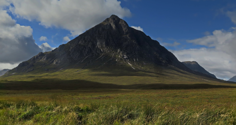 Stob Dearg - pierwsze duże podejście. Curved Ridge słabo widać - jest ciut na lewo do wierzchołka. Generalnie to piękny szczyt górujący nad okolicą. Taki jak narysowany przez dziecko.