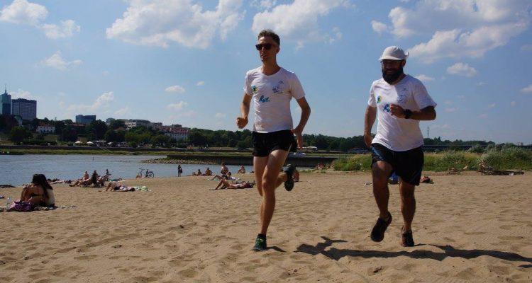 """Alan Parsons i Andy Mosop przebiegną 1100 km wzdłuż Wisły. Hasłem projektu jest """"Zabiegamy o czystą Wisłę"""". Fot. Elwira Sochacka"""
