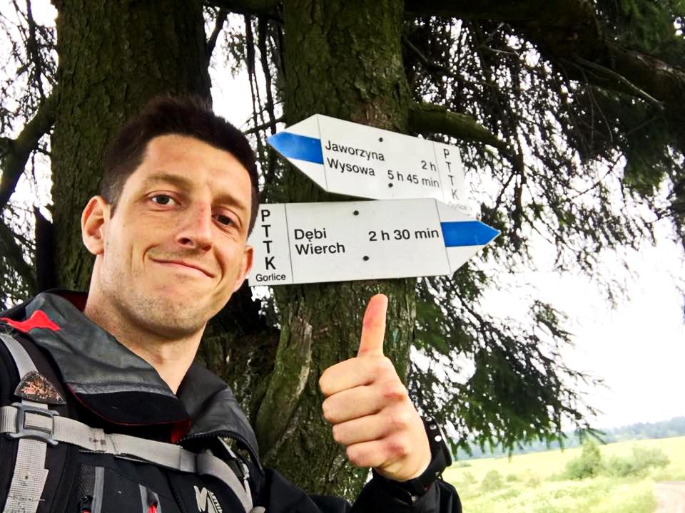 Niebieskie Wyzwanie. Niebieski szlak zbiega z granicy z Jaworzyny Konieczniańskiego. To ok. 60. kilometr od startu w Grybowie. Fot. Paweł Pabian