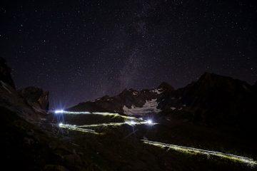 Biegacze na UTMB 2016 nocą. Fot. Pascal Tournaire