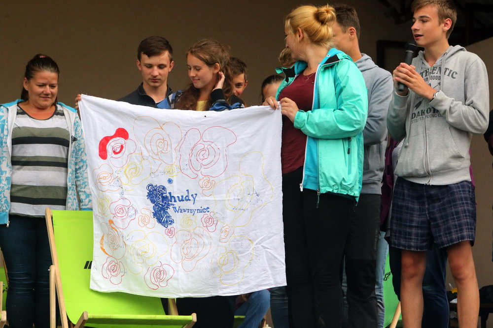 Zamiast medali w tym roku na Chudym Wawrzyńcu, każdy z uczestników wsparł lokalną inicjatywę, dzięki której lokalne dzieciaki miały okazję spędzić kilka dni wędrując po górach po trasie Chudego Wawrzyńca. Fot. Fotomaraton.pl