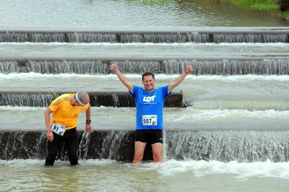 Mimo niezbyt sprzyjającej piknikowaniu aury - znaleźli się tacy, którzy zdecydowali się na kąpiel w rzece. Fot. Fotomaraton.pl