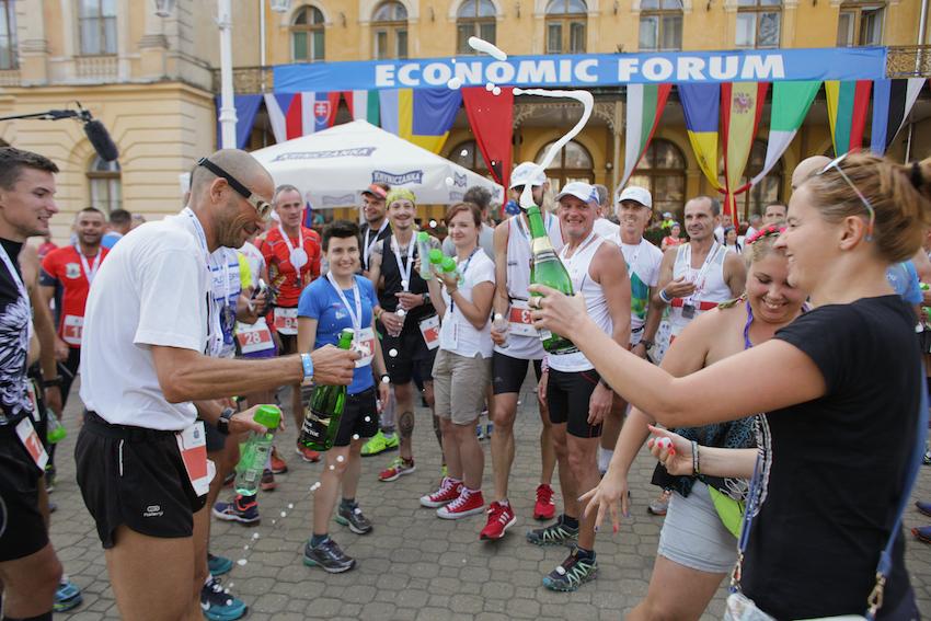 Szampan na mecie Iron Run. Fot. Materiały Festiwalu Biegowego