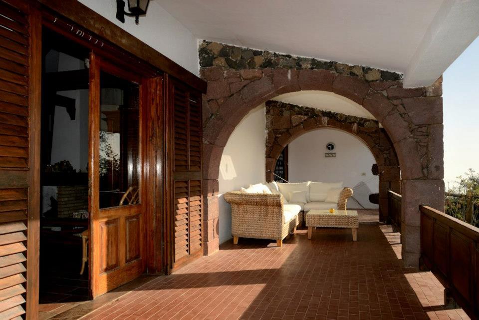 Wnętrze domu, w którym zamieszkają uczestnicy obozu na Gran Canarii. Widok na taras. Fot. Materiały właściciela