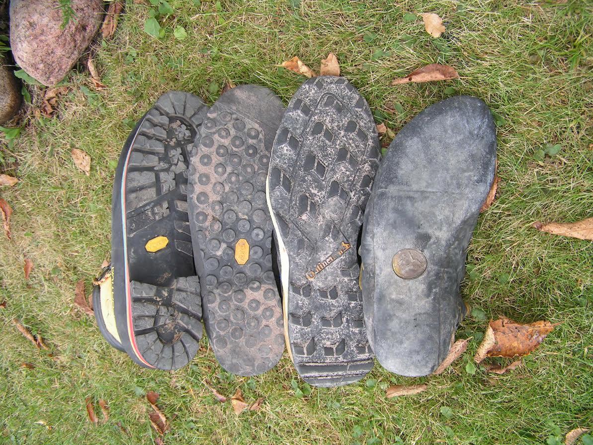 Buty biegowo podejściowe łączą w sobie cechy całego kompletu przedstawionego na zdjęciu - od ciężkich, typowo górskich do typowo wspinaczkowych w skały. Fot. Jarek Sekuła