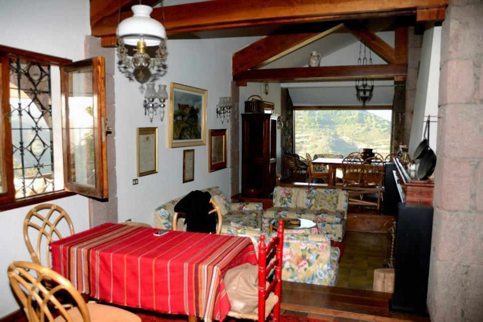 Wnętrze domu, w którym zamieszkają uczestnicy obozu na Gran Canarii. Widok na jadalnię i salon. Fot. Materiały właściciela