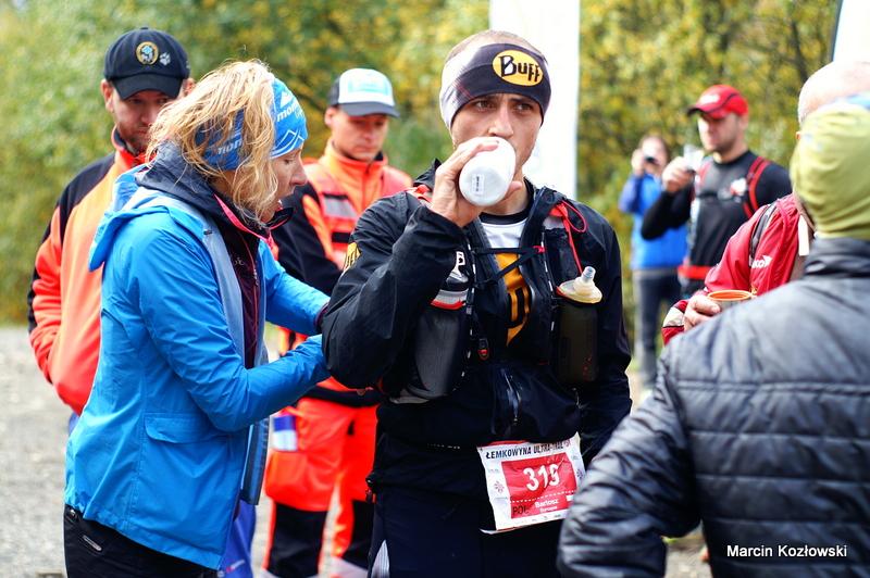 Podczas rekordowo szybkiego biegu w 2015 r. Bartosza na punktach supportowała Ewa Majer