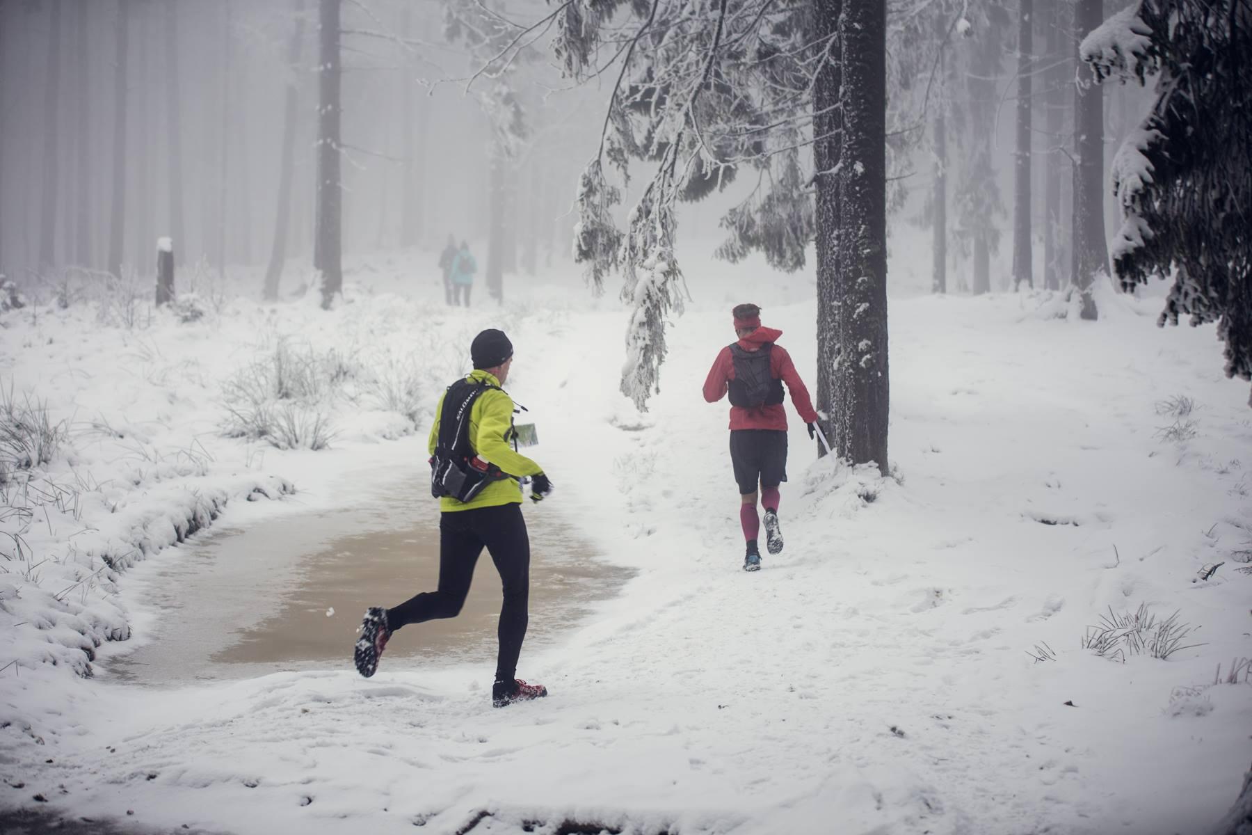 Krzysiek i jego specjalność - krótkie gacie, gdy na dworze śnieg i mróz. Fot. Ostre Kadry