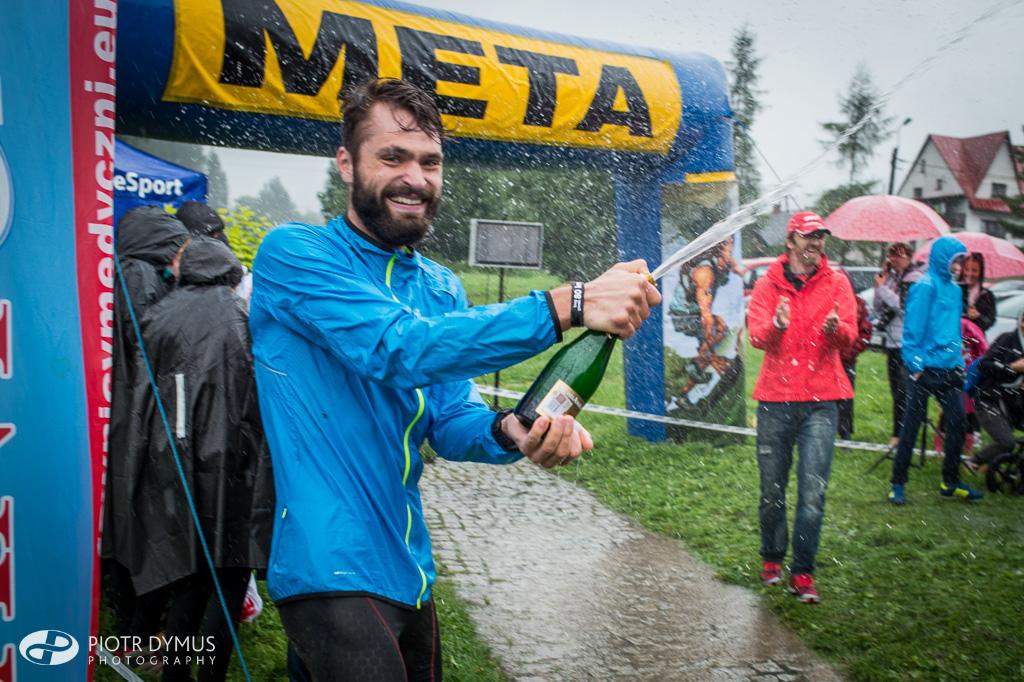 Chudy Wawrzyniec 2016 - Vaidas Żlabys świętuje ustanowienie rekordu długiej trasy. Fot. Piotr Dymus