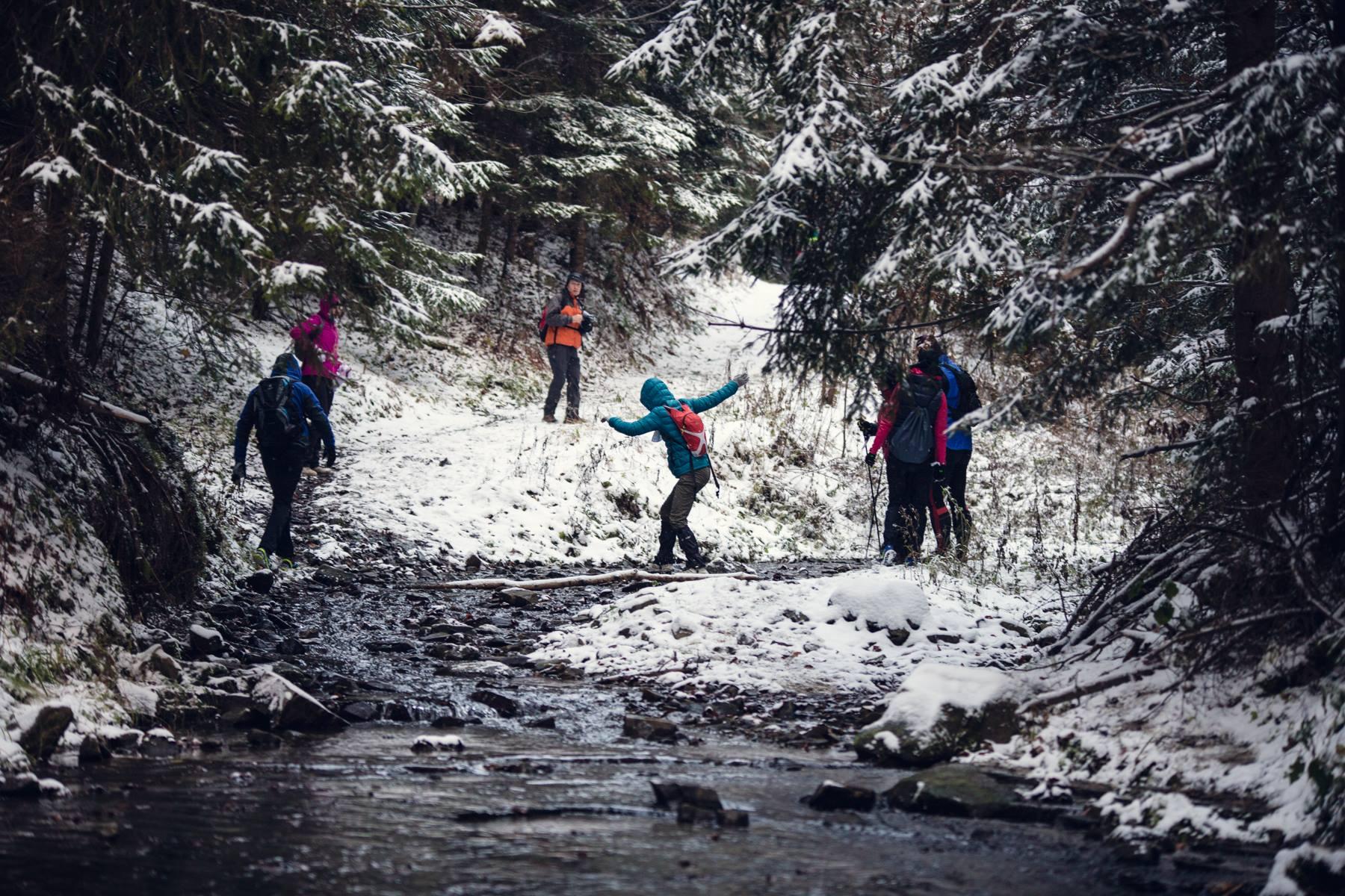 GEZnO to zawody, na których często biega się po lesie tylko z partnerem. Ale nierzadko też napiera się w kilka teamów, ot dla wspólnej zabawy i pomocy w nawigacji. Fot. Ostre Kadry