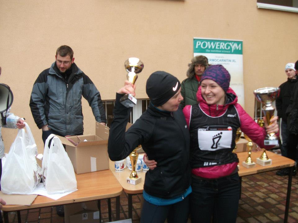 Magda i Patrycja podczas finału Zimowych Biegów Górskich w Falenicy w 2013 roku. Fot. Tomasz Rędzia