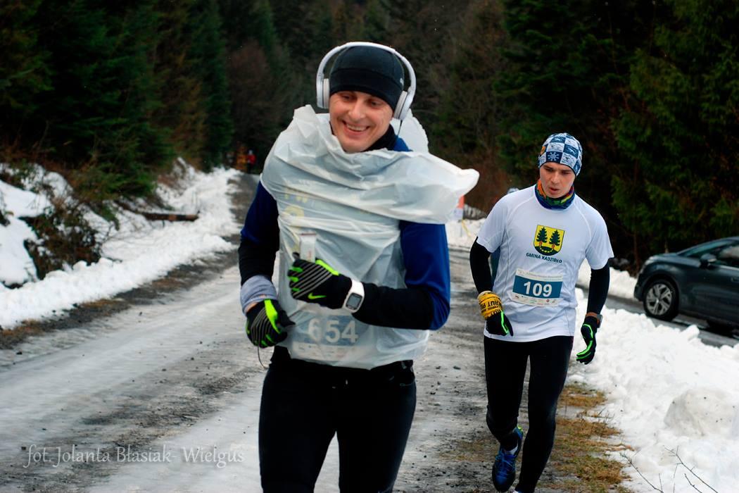 Z utrzymaniem ciepła można sobie poradzić na wiele różnych sposobów... Zimowy Maraton Bieszczadzki. Fot. Jolanta Błasiak-Wielgus