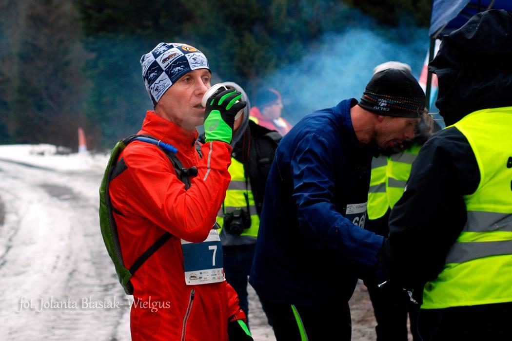 Cienka wiatrówka jest dobrym rozwiązaniem gdy wieje i jest przenikliwie zimno. Zimowy Maraton Bieszczadzki. Fot. Jolanta Błasiak-Wielgus