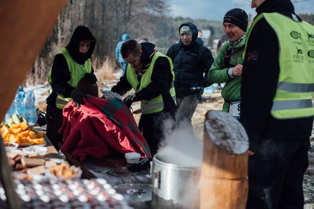 Punkt żywieniowy i wolontariusze. Fot. Ewelina Lewkowicz-Żmojda