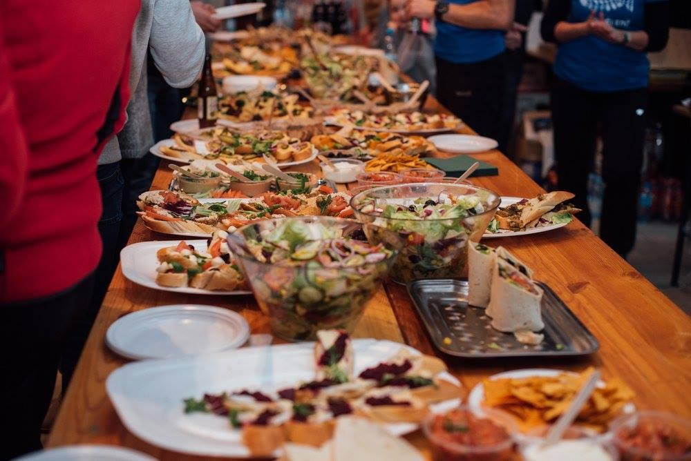 Wegański bankiet po zawodach. Jedzenie jest specjalnością tej imprezy. Ultra Śledź 2017. Fot. Jacek Deneka/ Ultra Lovers