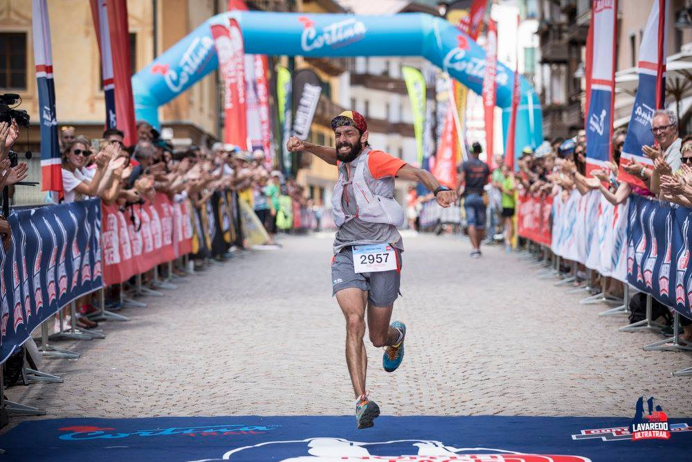 Paweł wbiega na metę Cortina Trail jako 3. zawodnik. Fot. Materiały organizatora